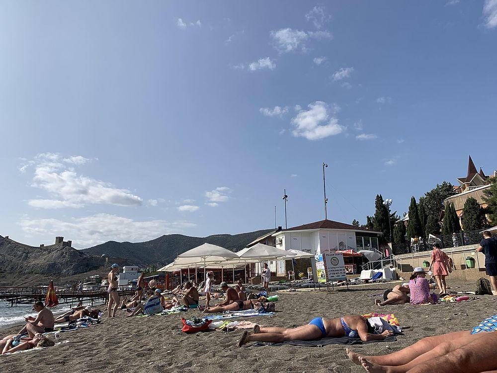 COVID в Крыму крепчает, а туристы продолжают безмятежно загорать