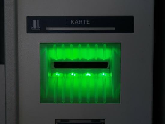 Эксперт объяснил как действовать, если банкомат не отдает карту