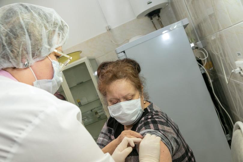 Первые свердловские медики-добровольцы привились от COVID-19