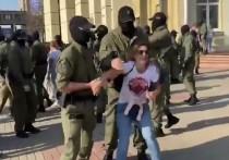 В центре Минска протестующие, несмотря на точечные задержания, сумели собраться в колонну и выдвинулись от Комаровского рынка в сторону проспекта Независимости