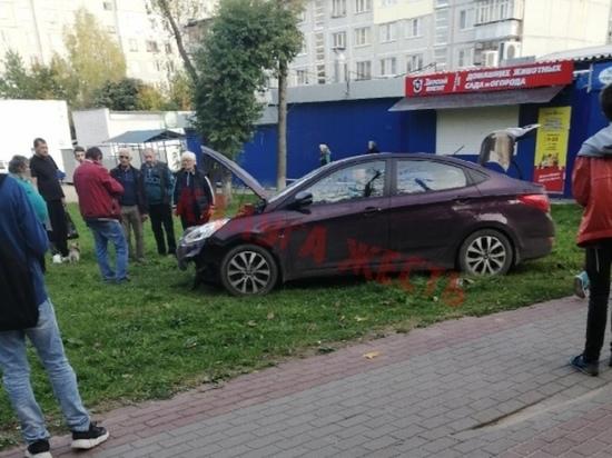 Легковушка вылетела на мини-рынок в Калуге