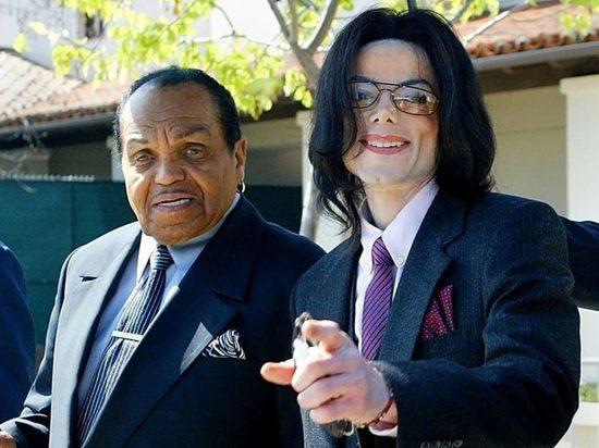 На аукционе продали зубные протезы отца Майкла Джексона