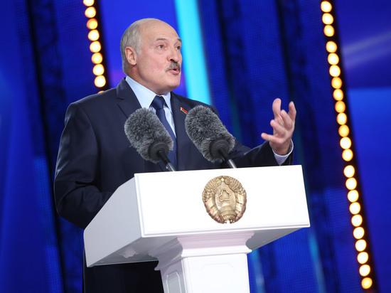 Макрон предложил Лукашенко добровольно покинуть пост