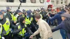 В Великобритании противники коронавирусных ограничений подрались с полицейскими