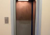 Студенты Московского финансово-юридического университета второй день негодуют в соцсетях — в одном из корпусов вуза застрял лифт с учащимися