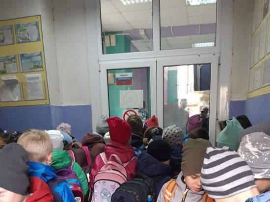 В Рязани у дверей школы № 13 засняли толпу детей