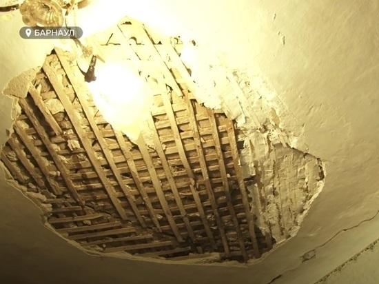Жильцы ветхого дома в Барнауле не могут добиться от властей расселения