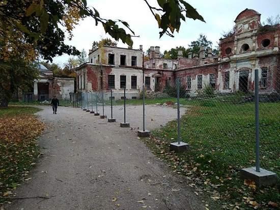 Вокруг порховской усадьбы Волышово установили забор