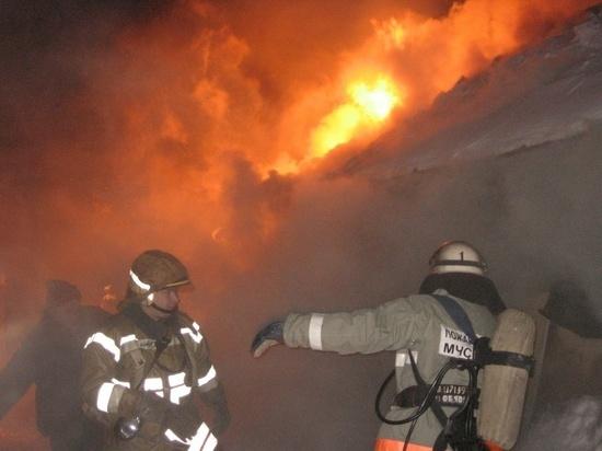 В Ивановской области загоревшееся ночью здание тушили 26 человек