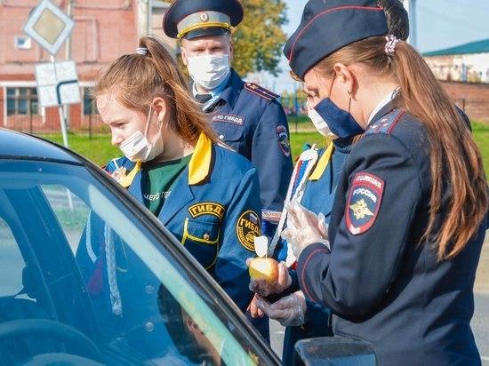 """В Ивановской области водители получили от детей """"Яблочки безопасности"""""""