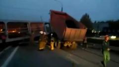 Самосвал снес пешеходный мост под Екатеринбургом: водитель погиб