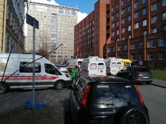 К больнице в Пушкине выстроилась очередь из скорых