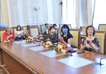 Знаки отличия Новосибирской области «За материнскую доблесть» из рук главы региона Андрея Травникова и председателя Законодательного собрания Андрея Шимкива получили 15 многодетных матерей