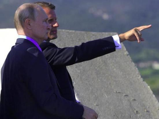 Макрон обсудил с Путиным карабахский конфликт и ситуацию в Белоруссии