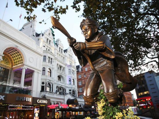 В центре Лондона установили памятник Гарри Поттеру