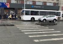 Пешеходы и автомобилисты рискуют своими жизнями на островке безопасности, который соорудили на пешеходном переходе через улицу Покрышкина в районе станции метро «Площадь Маркса»