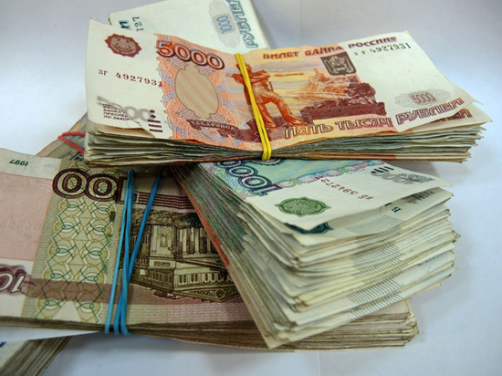 82-летняя пенсионерка выкинула из окна квартиры 300 тысяч рублей, чтобы помочь задержать преступника