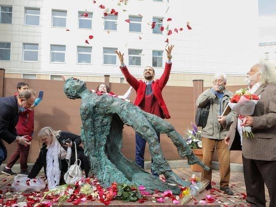 В Москве в честь 125-летия поэта Сергея Есенина появился посвященный ему памятник