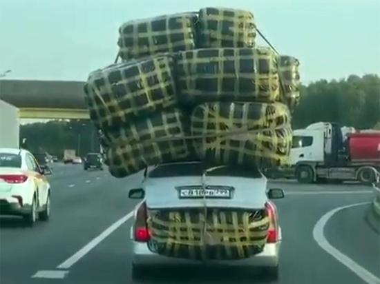 Автомобиль, перегруженный мешками на рынке «Садовод», стал 1 октября настоящей «звездой» соцсетей