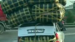 """Машина с """"пирамидой"""" на крыше ошарашила московских водителей"""