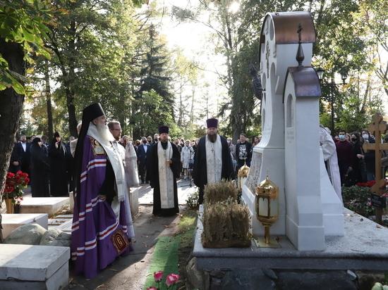 Памятник поставили на Новодевичьем кладбище в Москве