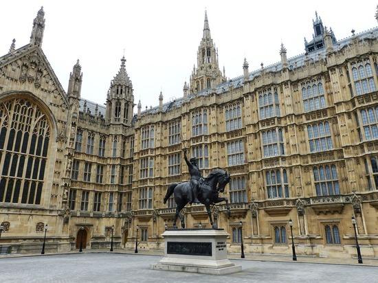 На заседание британского парламента пришел депутат, больной COVID-19