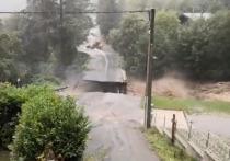 Автомобильный мост рухнул из-за ливневых дождей и сильного ветра неподалеку от коммуны Сен-Мартен-Везюби