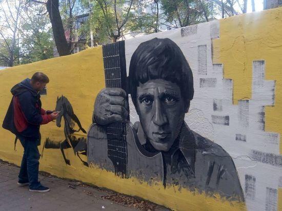 Портреты Цоя и Высоцкого появились на стене дома в Хабаровске