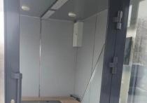 В Новом Уренгое неизвестные выломали стекло из двери теплой остановки