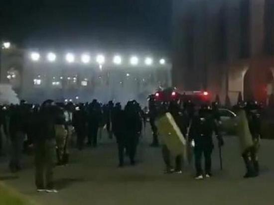 Митингующие освободили из СИЗО экс-президента Киргизии Атамбаева