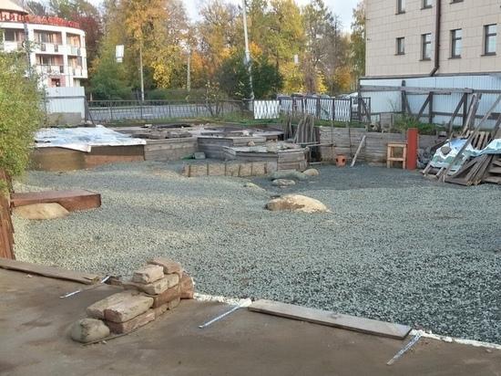 На площади Кирова засыпали щебнем место исторических раскопок