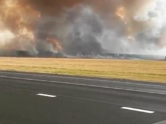 Огонь после сельскохозяйственных палов пришел по траве на склады
