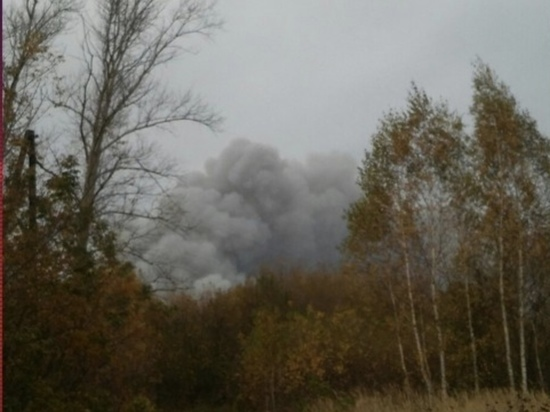 К горящему в Рязанской области складу прибыл пожарный поезд