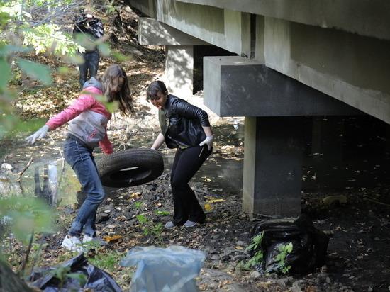 В Ленинском районе нижнего Новгорода убрали мусор с берегов речки