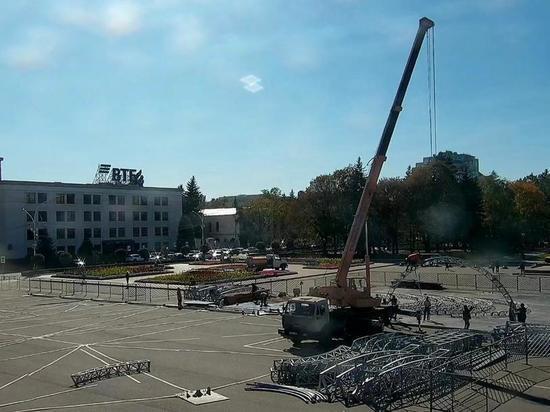 Ледовый каток устанавливают на площади Ленина в Ставрополе