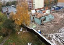 В Железнодорожном районе Новосибирска во время сноса здания обломки кирпичной стены обрушилась прямо на детскую площадку