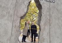 «Мир слишком мал для стен» – такая надпись украшает арт-объект художника Татьяны Луданик, появившийся на набережной Москвы напротив Третьяковской галереи
