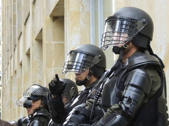 Десятки человек напали на полицейский участок под Парижем