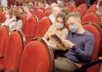 Чуть больше месяца московские театры работают в ковидных условиях (с обязательными масками, иногда перчатками и с шахматной рассадкой)