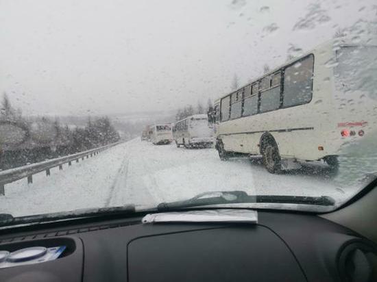 """На автодороге """"Лена"""" затруднено движение из-за снегопада."""