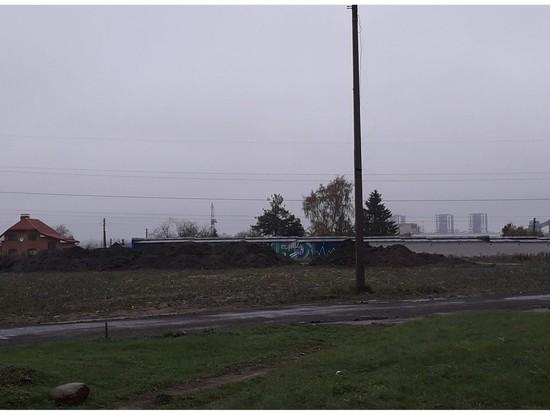 Граффити «Спасибо медикам» в Пскове закрыли горы земли