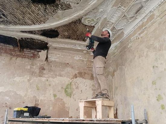 Старинную лепнину сняли на время ремонта дворянской усадьбы под Псковом