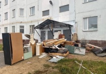 В Новом Уренгое жильцы устроили свалку из старой мебели у своего дома