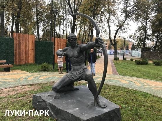 Лучник без стрел и в набедренной повязке: правда о новом символе Великих Лук