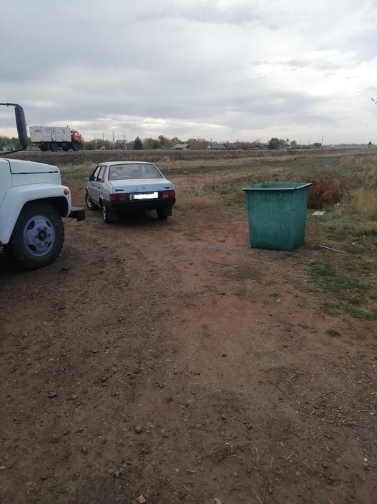 В одном из сел Курманаевского района машины паркуются около мусорки