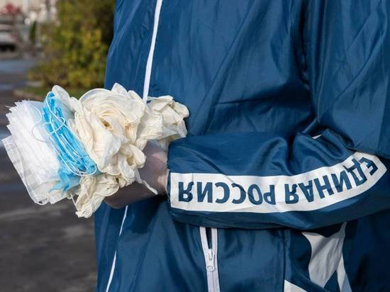 Маски и перчатки снова начали раздавать на остановках в Пскове