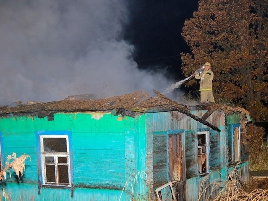 В Смоленском районе пожарные несколько часов тушили полыхающий дом