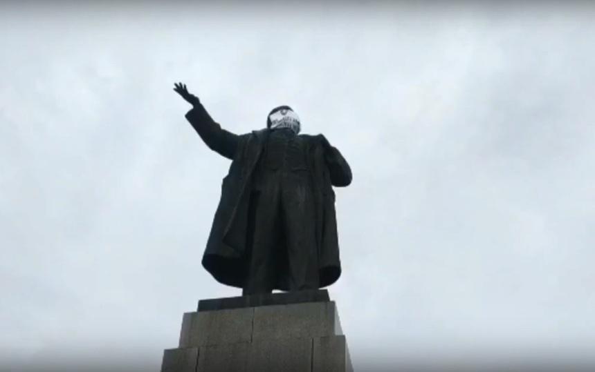 В Екатеринбурге на памятники Ленину, Свердлову и де Геннину надели маски