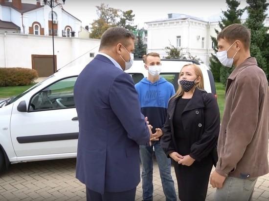 Любимов подарил машину многодетной семье из Рязанской области