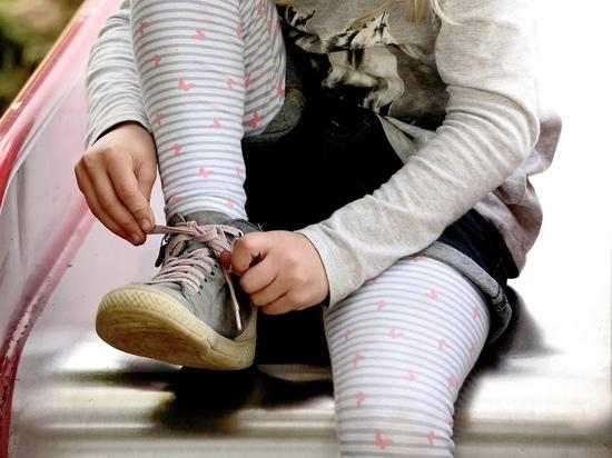 В Новосибирске полуголые дети сбежали по пожарной лестнице из детсада. Видео